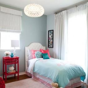 Красный столик у стены в спальне