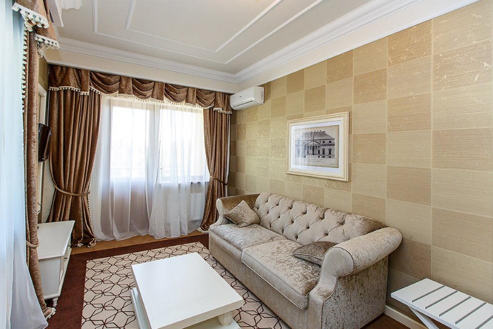 Обои под деревянные панели в интерьере зала
