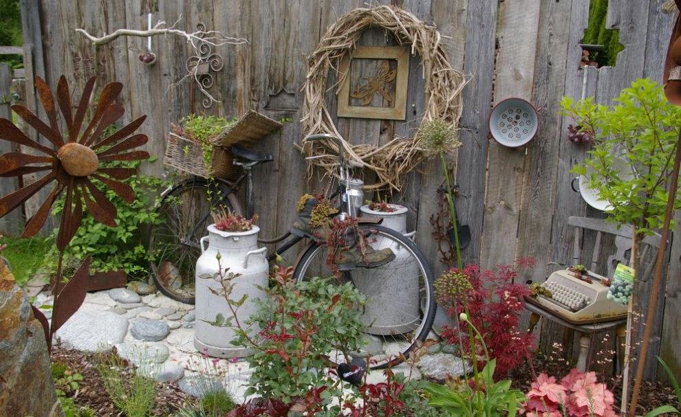 Декорирование деревянного забора подручными предметами