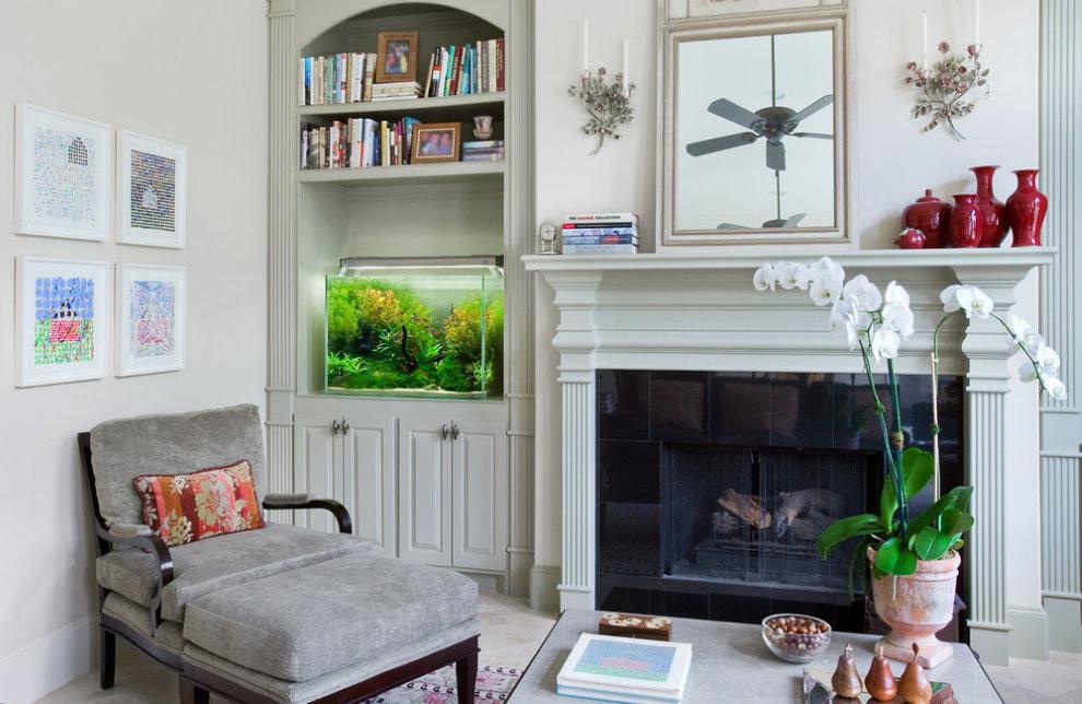 Декоративный аквариум в интерьере светлой гостиной