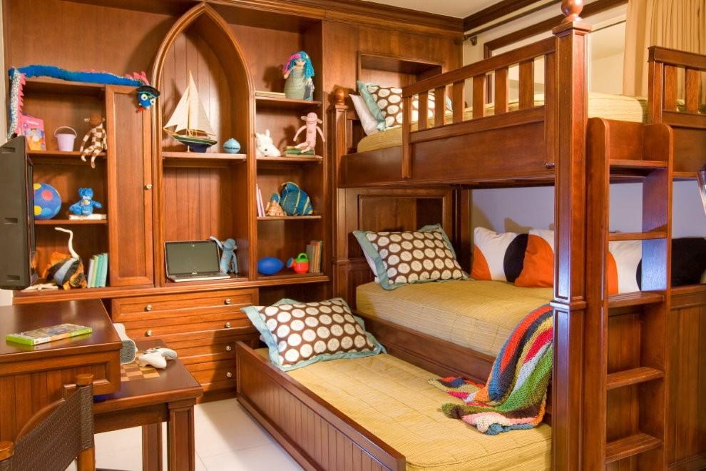 Деревянные кровати в комнате девочек