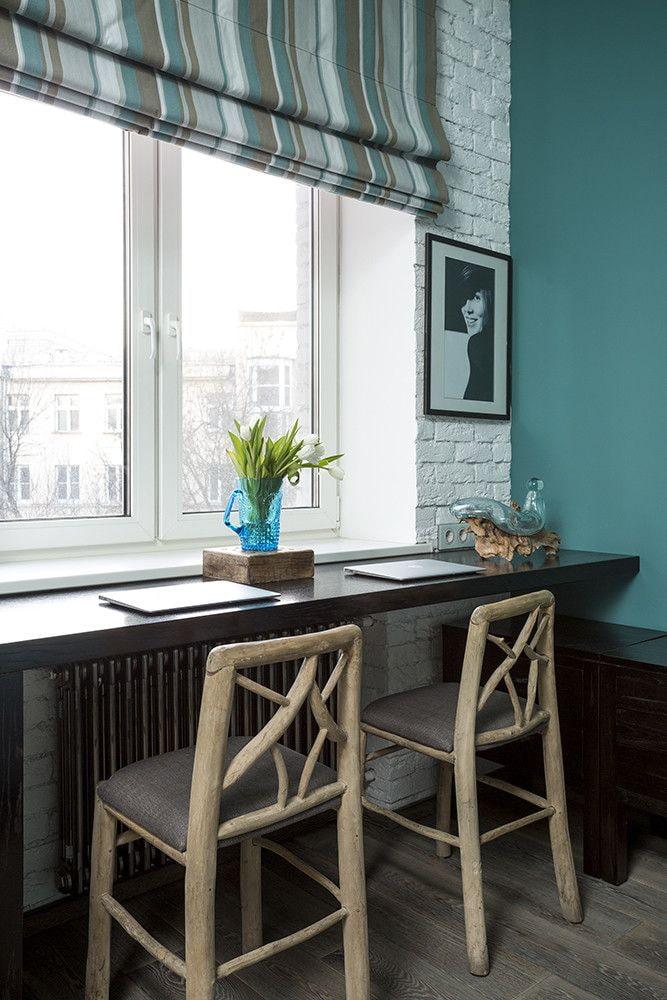 Барные стулья перед столом-подоконником
