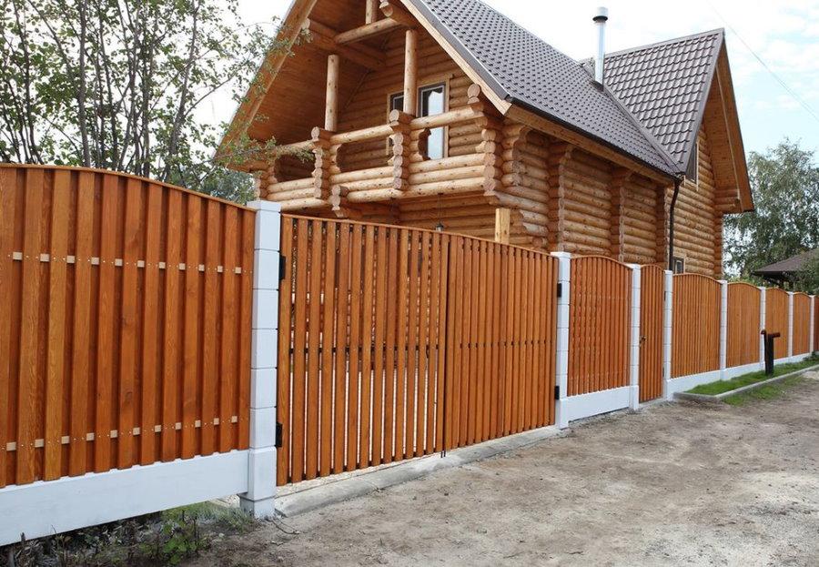 Забор из деревянного штакетника на даче с бревенчатым домом