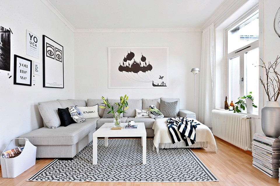 Небольшая гостиная с белыми шторами на окне