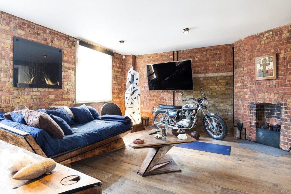 Мотоцикл на деревянном полу в гостиной лофт стиля
