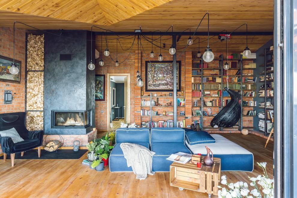 Светлый деревянный пол в зале лофт стиля