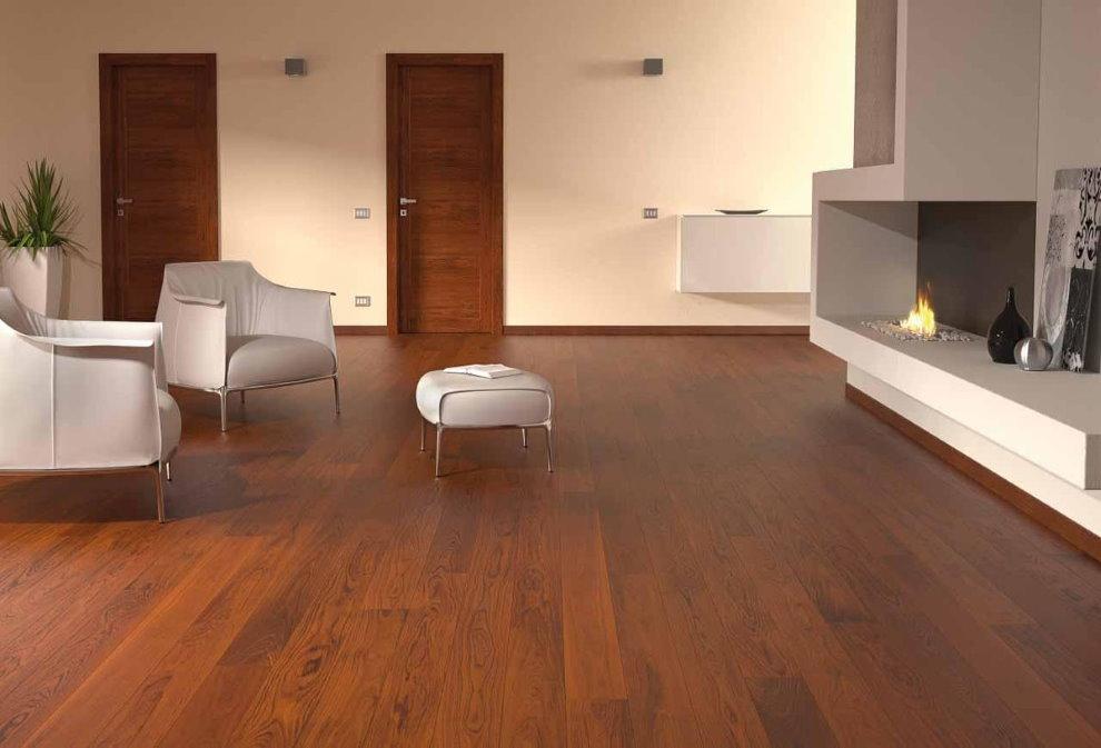 Ламинированные панели на полу зала в квартире