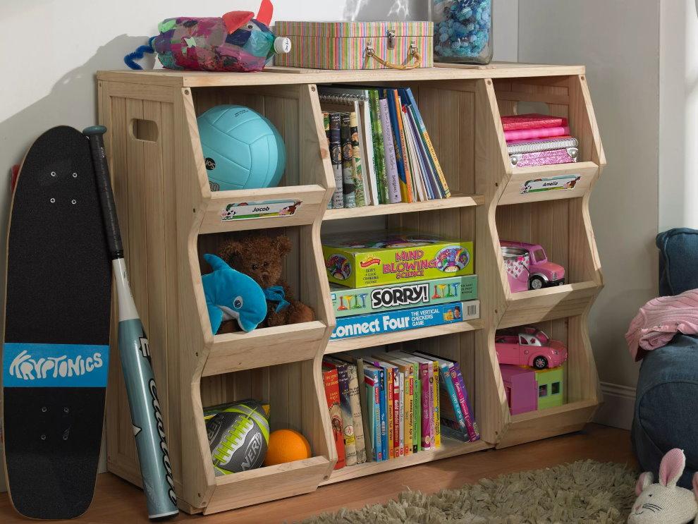 Низкий деревянный стеллаж в детской комнате