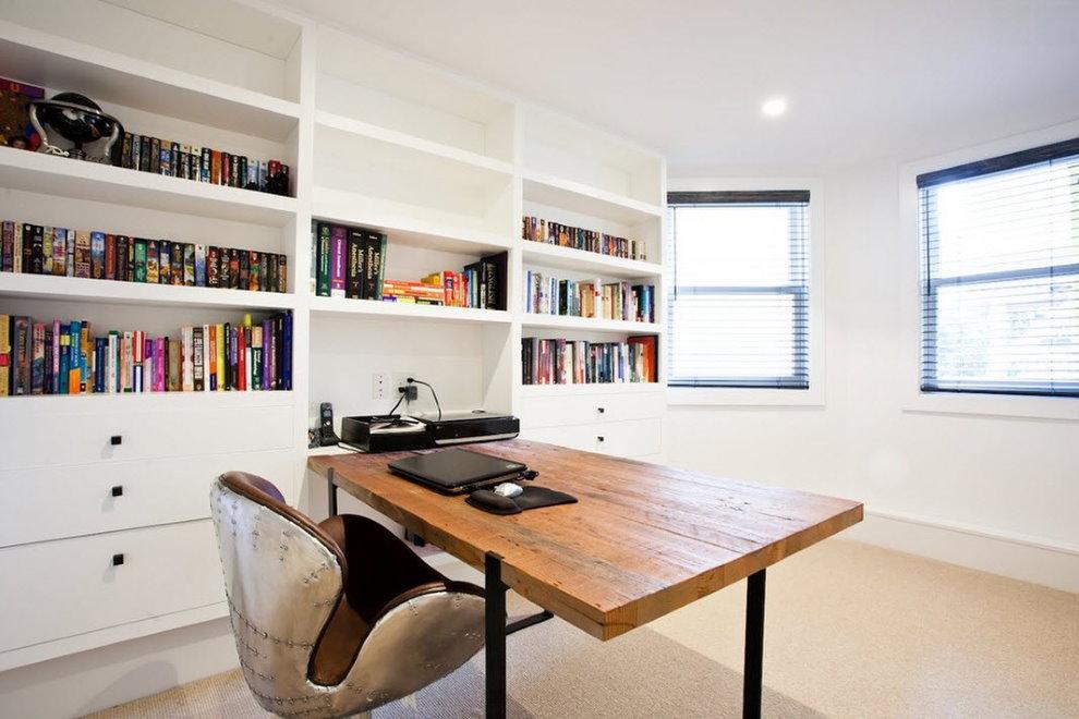 Современный кабинет в комнате с эркером