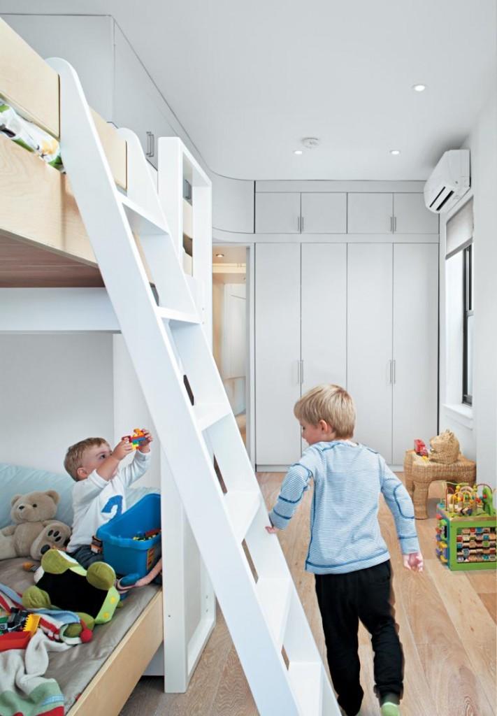 Маленькие дети в узкой комнате