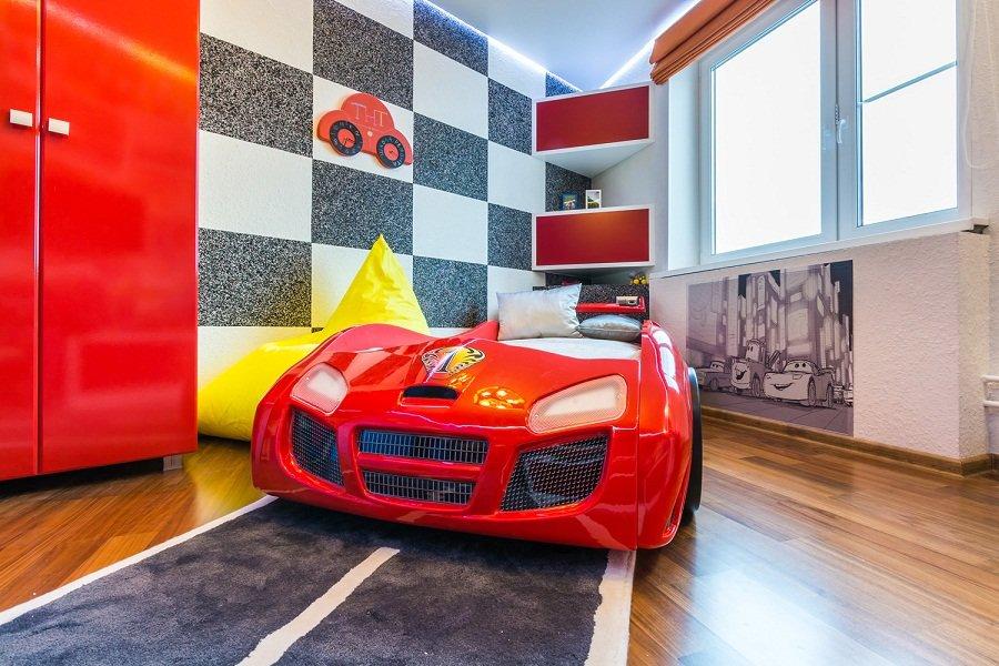Детская кровать в виде автомобиля из мультфильма