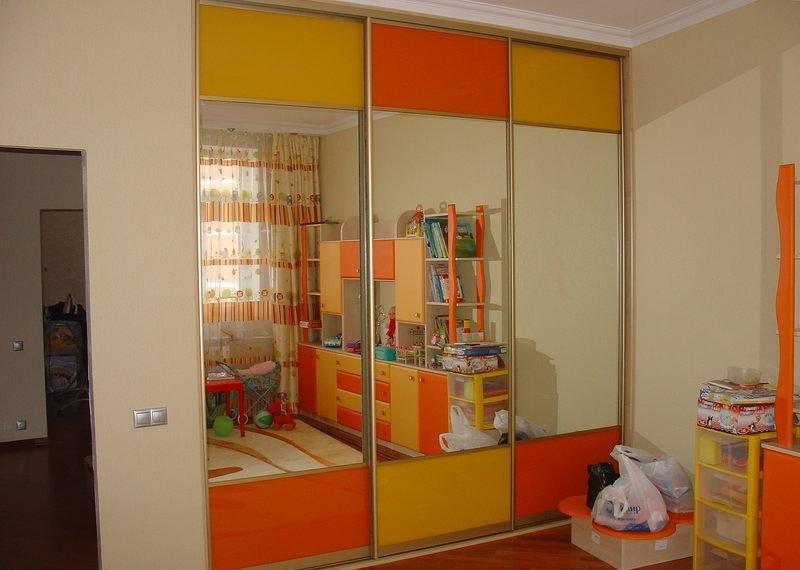 Цветные вставки на стеклянных створках шкафа-купе