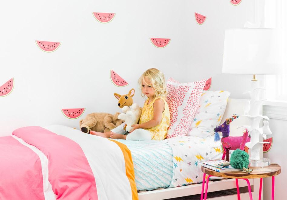 Дольки арбузов на светлых обоях в детской комнате