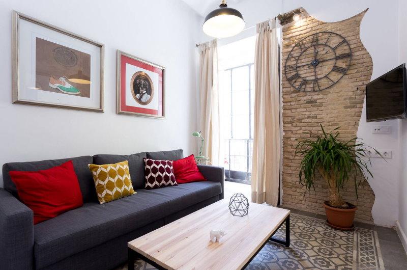 Часы на кирпичной кладке в гостиной с балконом