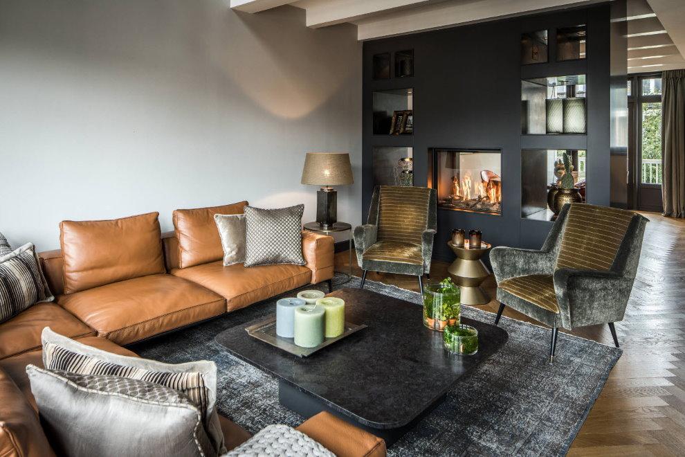 Кожаный диван в гостиной комнате загородного дома