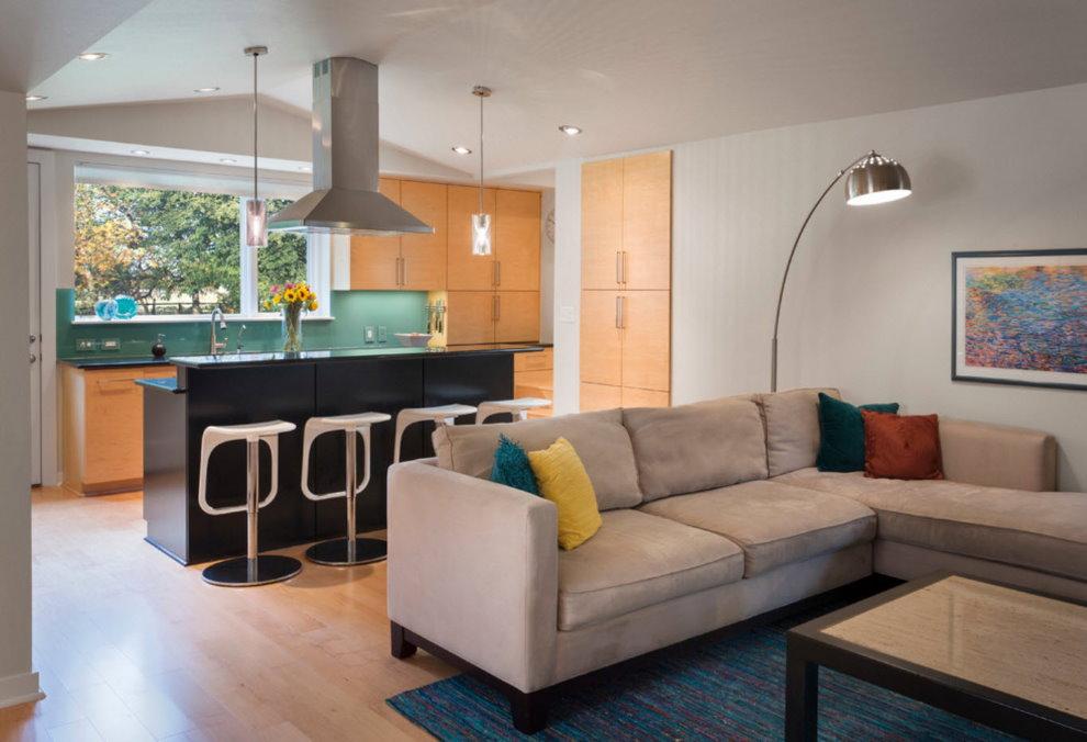 Зонирование диваном кухни-гостиной