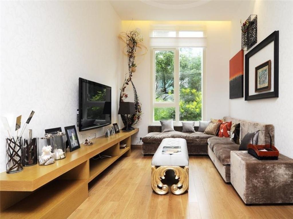 Вместительный угловой диван в зале с высоким потолком
