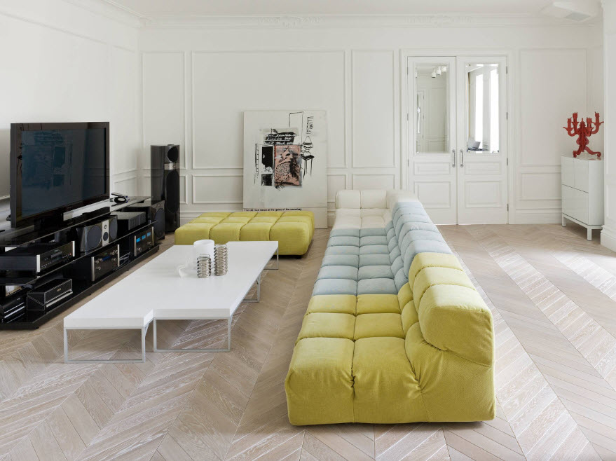 Вместительный диван посередине гостиной комнаты