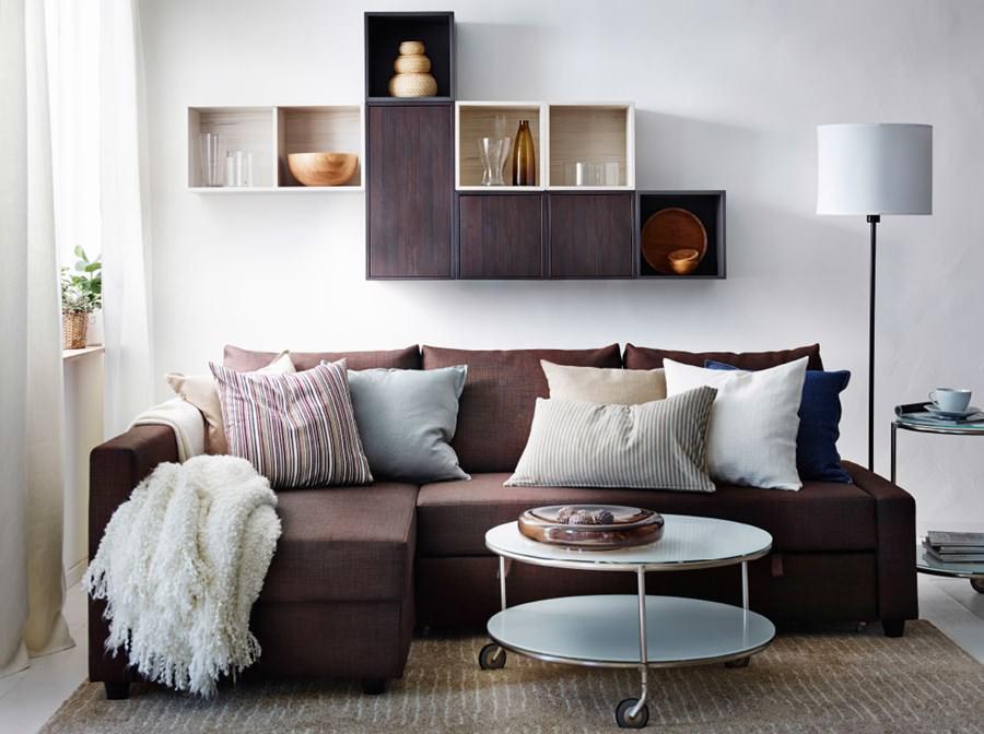 Угловой диван в зале с полками