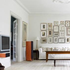 Коллекция бабочек на белой стене гостиной