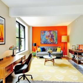 Яркая оранжевая стена в прямоугольной комнате