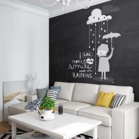 Черно-белый рисунок на стене комнаты
