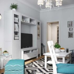 Деревянная спинка белого стула