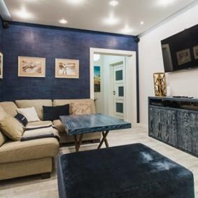 Картины на синей стене гостиной комнаты