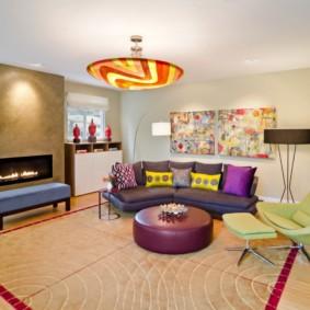 Яркий интерьер модной гостиной комнаты