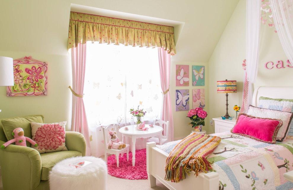 Красивые занавески в комнате девочки