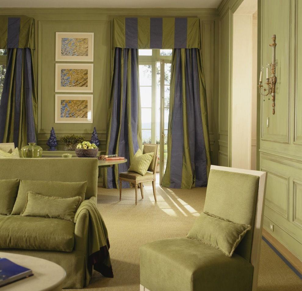 Полосатый ламбрекен на двери гостиной