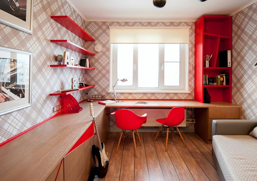 Красные стулья перед письменным столом в комнате подростков