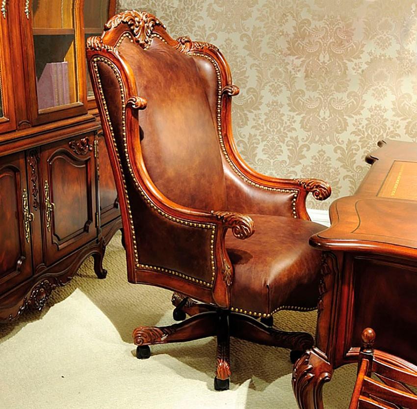 Классическое кресло в домашнем кабинете