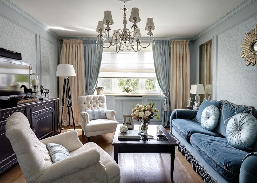Бежевые и голубые шторы в гостиной комнате