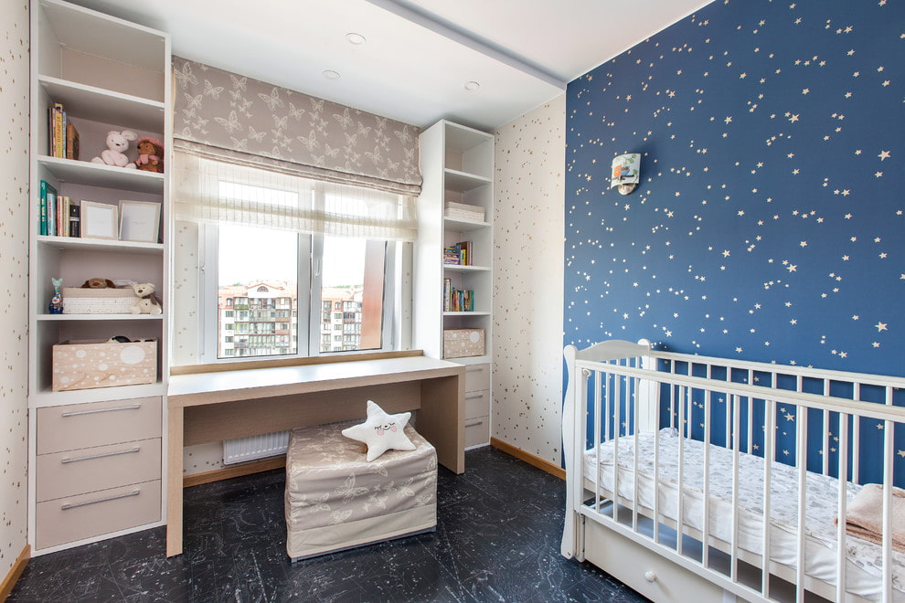 Интерьер детской для младенца с двойной римской шторой