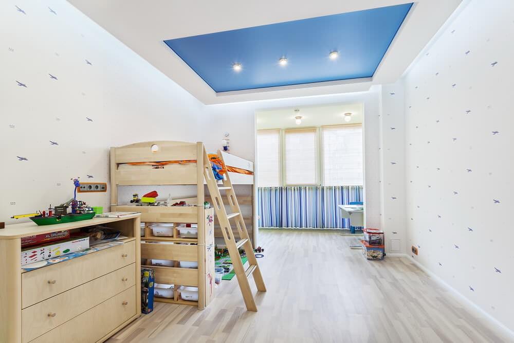 Голубой натяжной потолок в комнате мальчика