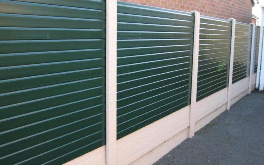 Зеленые ПВХ-панели на белых пластиковых столбах