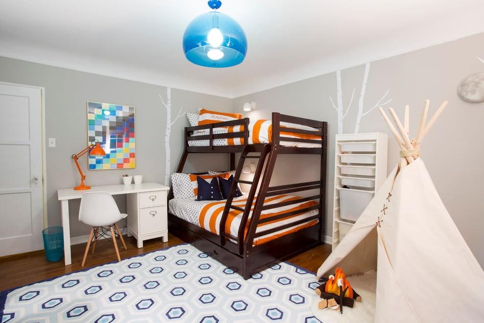 Деревянная кровать в два яруса в светлой детской