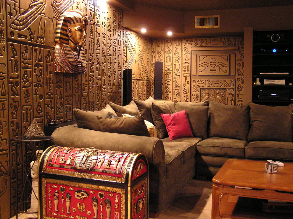 Древнеегипетские иероглифы на стене гостиной комнаты
