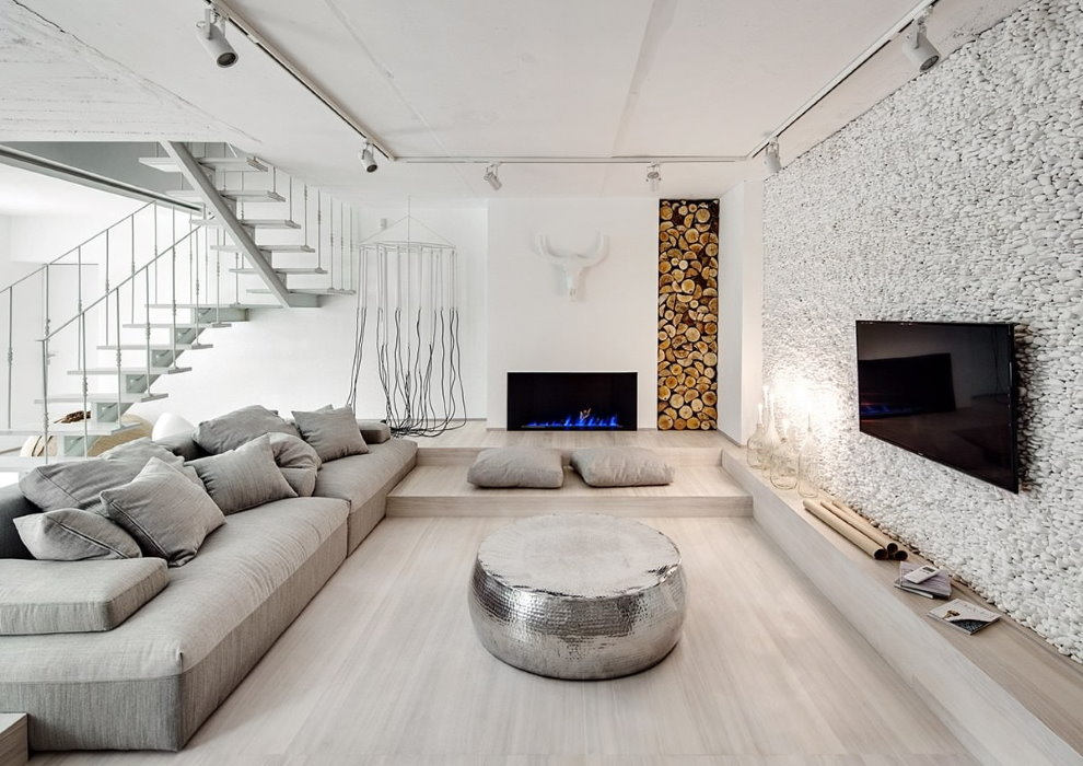 Дрова в интерьере зала в эко-стиле