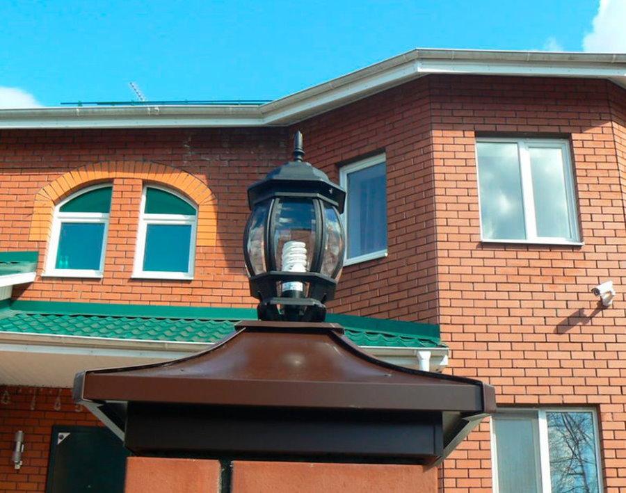 Садовый светильник на кирпичном столбе