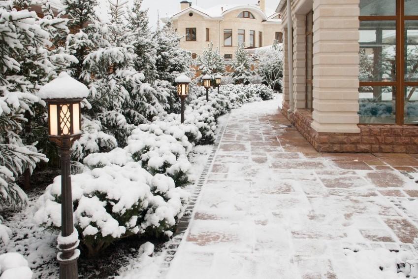 Садовые фонарике зимой на дачном участке