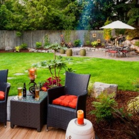 Красные подушки на садовой мебели