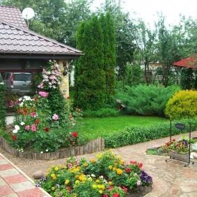 Клумба с цветами на загородном участке