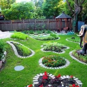 Бордюры из кирпичиков вокруг садовых клумб