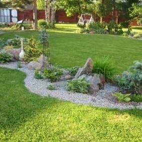 Гравийная засыпка на садовой клумбе