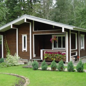 Красивый домик с деревянными стенами