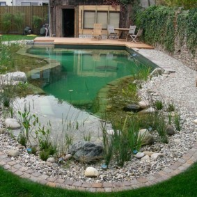 Природный камень по берегам водоема