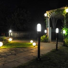 Ночное освещение в саду частного дома