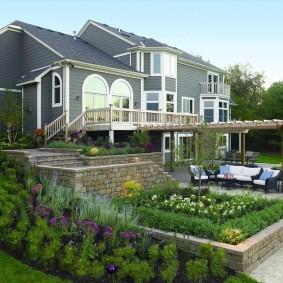 Ландшафтный дизайн участка с домом на склоне